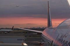 New York horisont och flygplan Royaltyfri Foto