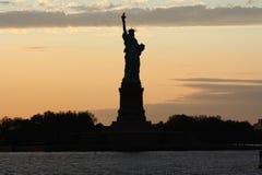 New York horisont och staty av frihet arkivfoto