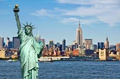 New York horisont och statyn av frihet-, New York City collage-, lopp- och turismvykortbegrepp royaltyfri fotografi