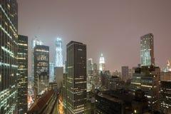 New York horisont på en dimmig natt Arkivbilder