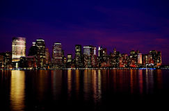 New York horisont på natten - rosa färger och blått Royaltyfri Bild