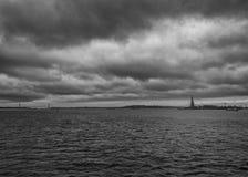 New York horisont på stormig dag arkivbilder
