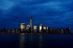 New York horisont på skymning Fotografering för Bildbyråer
