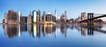 New York i stadens centrum panorama med den brooklyn bron och skyskrapor arkivfoto