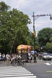 New York, il 1° luglio: Carretto dell'alimento dal Central Park nel Midtown Manhattan da New York negli Stati Uniti Fotografia Stock Libera da Diritti