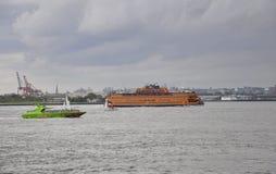 New York, il 2 agosto: Fiume hudson del figlio della nave da crociera su un cielo drammatico da New York fotografia stock libera da diritti