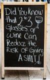 New York, New York, il 15 febbraio 2018: Atti di aiuto dei bicchieri di vino Immagini Stock