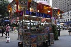 New York, il 2 luglio: Carretto dell'alimento nel Midtown Manhattan da New York negli Stati Uniti Immagine Stock