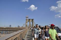 New York, il 3 luglio: Passaggio pedonale del ponte di Brooklyn sopra East River di Manhattan da New York negli Stati Uniti Fotografia Stock