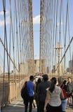 New York, il 3 luglio: Passaggio pedonale del ponte di Brooklyn sopra East River di Manhattan da New York negli Stati Uniti Fotografia Stock Libera da Diritti