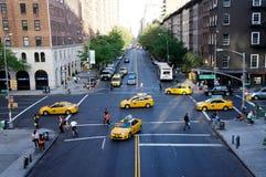 New York ingiallisce i taxi ed i pedoni ad un'intersezione Fotografia Stock Libera da Diritti