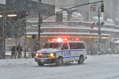 NEW YORK - 23. JANUAR 2016: NYPD-Auto in Manhattan, NY während des enormen Winter-Schnee-Sturms Stockfotografie