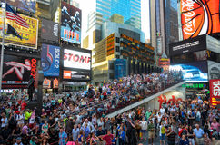 NEW YORK - 26 JUILLET : Serrez les modèles encourageants sur l'autobus aux rues de New York City images stock