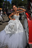 NEW YORK - 13 juin : Poses modèles de Kalyn Hemphill devant le chariot de cheval Photos stock