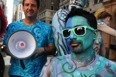 NEW YORK - 26. JULI: Aktmodelle, Künstler, die einen Bus an New- York Citystraßen reiten Stockfotografie