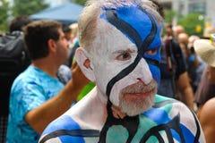 NEW YORK - 26. JULI: Aktmodelle, Künstler nehmen zu New- York Citystraßen während des ersten offiziellen Körper-Malerei-Ereigniss Lizenzfreie Stockbilder