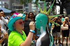 NEW YORK - 26. JULI: Aktmodelle, Künstler nehmen zu New- York Citystraßen während des ersten offiziellen Körper-Malerei-Ereigniss Stockfoto