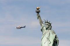 NYPD-helikopter nära statyn av frihet, USA Fotografering för Bildbyråer