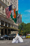 NEW YORK - 13 juni: Modelkalyn hemphill die de straat voor Pleinhotel kruisen Royalty-vrije Stock Foto