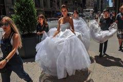 NEW YORK - 13 juni: Modelkalyn hemphill en stilistenbemanning Royalty-vrije Stock Afbeeldingen