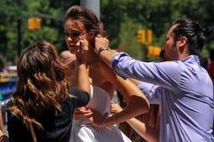 NEW YORK - 13 juni: Modelkalyn hemphill en stilistenbemanning die klaar worden Stock Afbeelding