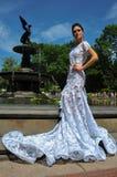 NEW YORK - 13 juni: Modelkalyn hemphill stelt door de fontein in Central Park Stock Foto