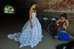 NEW YORK - 13 juni: Modelkalyn hemphill stelt door straatmusicus Stock Foto