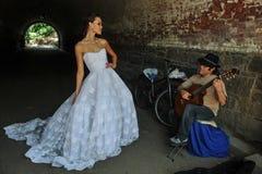 NEW YORK - 13 juni: Modelkalyn hemphill stelt met straatmusicus Stock Fotografie