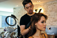 NEW YORK - 13. Juni: Vorbildliches Kalyn Hemphill, das mit dem Haar und Make-up fertig wird Stockfotos