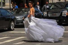 NEW YORK - 13. Juni: Vorbildliches Kalyn Hemphill, welches die Straße vor Piazzahotel kreuzt Stockfoto