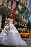 NEW YORK - 13. Juni: Vorbildliches Kalyn Hemphill, welches die Straße vor Piazzahotel kreuzt Stockfotografie