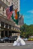 NEW YORK - 13. Juni: Vorbildliches Kalyn Hemphill, welches die Straße vor Piazzahotel kreuzt Lizenzfreies Stockfoto
