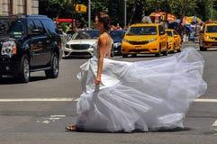 NEW YORK - 13. Juni: Vorbildliches Kalyn Hemphill, welches die Straße vor Piazzahotel kreuzt Lizenzfreie Stockfotografie