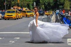 NEW YORK - 13. Juni: Vorbildliches Kalyn Hemphill, welches die Straße vor Piazzahotel kreuzt Stockbilder