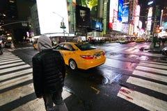 New York kors på natten arkivbild