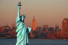 New York: La statua della libertà, un simbolo americano, con più basso immagine stock