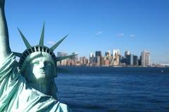 New York : La statue de la liberté, avec l'horizon de Lower Manhattan Image libre de droits