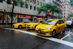 NEW YORK - LUGLIO 2017: Il taxi di New York in New York I taxi con la loro pittura gialla distintiva, sono ampiamente un recogniz Immagini Stock