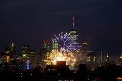 NEW YORK - 4 LUGLIO: Manifestazione del fuoco d'artificio di festa dell'indipendenza di New York Manhattan in Hudson River come a Fotografie Stock