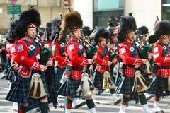NEW YORK - MAART 17, 2015: De jaarlijkse St Patrick Dagparade langs vijfde Weg in de Stad van New York royalty-vrije stock foto