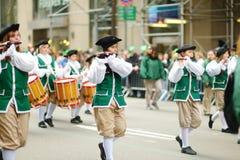 NEW YORK - MAART 17, 2015: De jaarlijkse St Patrick Dagparade langs vijfde Weg in de Stad van New York stock foto