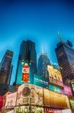 NEW YORK - 20. MAI: Gekennzeichnet mit Broadway-Theatern und belebt stockbild