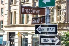 NEW YORK, NEW YORK - 16 MAI 2019 : Plaque de rue de Broadway à New York City Broadway est connu pour ses musicaux, théâtres photos libres de droits