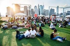 NEW YORK - MAJ 19, 2017: Folk som kopplar av och har gyckel på det friahändelsen i New York City på sommar royaltyfri fotografi