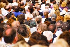 New York - Maj 31, 2008: stor folkmassa av folk som lämnar en stadion royaltyfria bilder