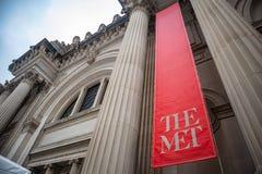 New York Manhattan New York den storstads- museumingången mot bakgrund för blå himmel arkivbild
