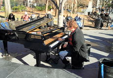 New York Manhattan: Pianospelare i Washington Square Park royaltyfri fotografi