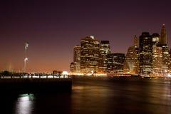 New- York- Manhattan-Skyline bis zum Nacht lizenzfreie stockfotografie