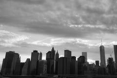 New York Manhattan skyskrapa på solnedgången för Brooklyn bro Arkivfoton