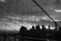 New York Manhattan skyskrapa på solnedgången för Brooklyn bro Fotografering för Bildbyråer